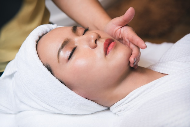 Piękna młoda kobieta dostaje zdroju masażu salon