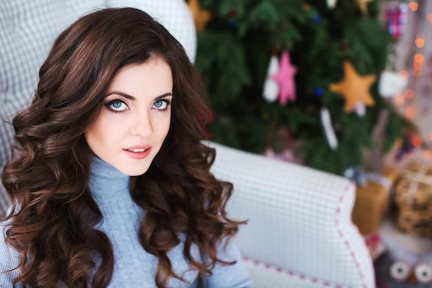 Piękna młoda kobieta fryzura i makijaż