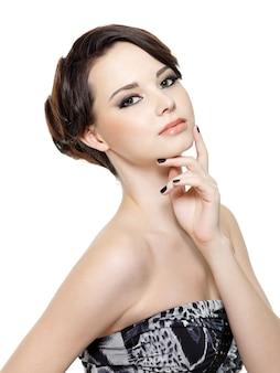 Piękna młoda kobieta glamour z moda makijaż i manicure