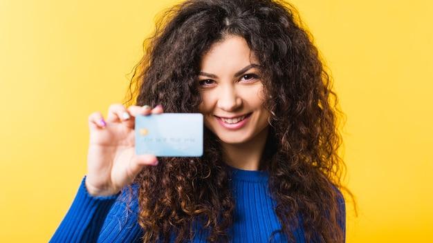 Piękna młoda kobieta gospodarstwa pokazuje kartę kredytową. bankowość finansowa transakcji płatności bezgotówkowych online. miejski styl życia.