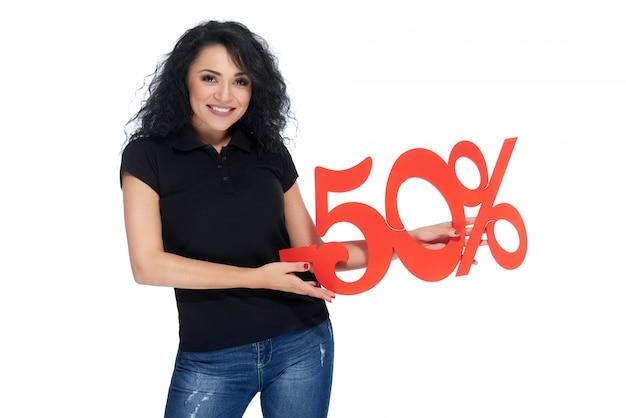 Piękna młoda kobieta gospodarstwa znak procentu zniżki