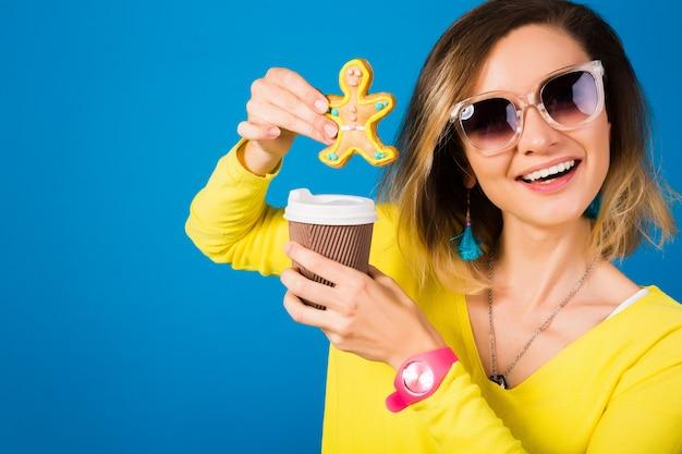 Piękna młoda kobieta hipster, jedzenie ciasteczek