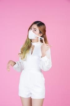 Piękna młoda kobieta jest ubranym maskę