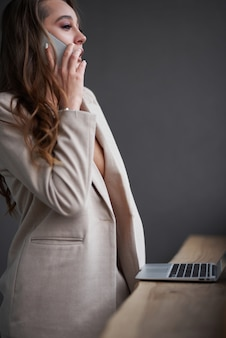 Piękna młoda kobieta korzystająca z laptopa w kawiarni, portretowa kobieta biznesu na zewnątrz, styl hipster, internet, smartfon, biuro, bali indonezja, gospodarstwo, mac os,