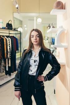 Piękna młoda kobieta kupuje ubrania i aktualizuje garderobę przed sezonem letnim