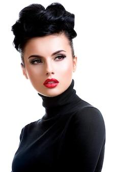 Piękna młoda kobieta moda z czerwoną szminką. glamour modelka ze stawianiem makijaż jasny połysk.