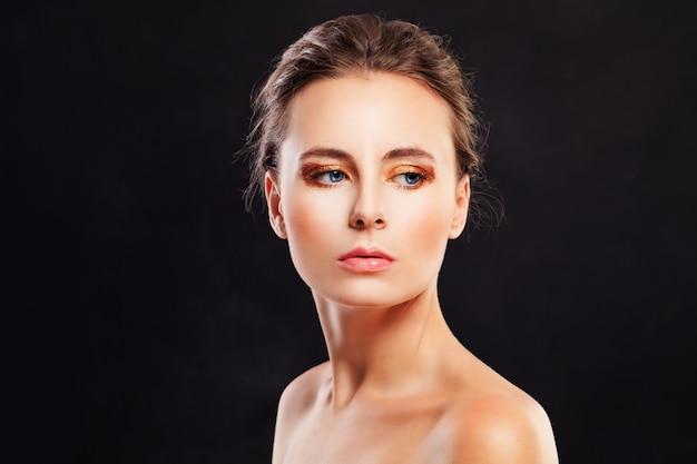 Piękna młoda kobieta modelka na czarnym tle