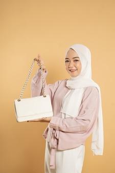 Piękna Młoda Kobieta Muzułmanin Azji, Na Jasnym Tle Na Białym Tle, Ubrana W Nowoczesny Styl Hidżabu Premium Zdjęcia