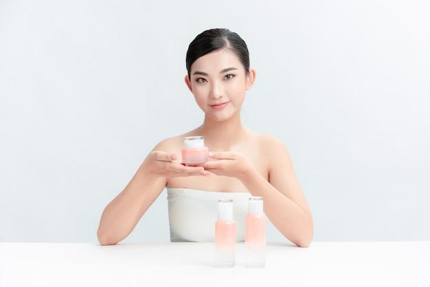 Piękna młoda kobieta myje twarz