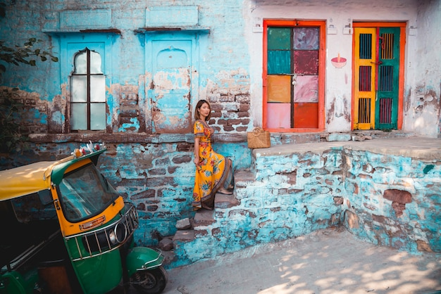 Piękna młoda kobieta na błękitnym, turkusowym tle w błękitnym mieście /. jodhpur. indie