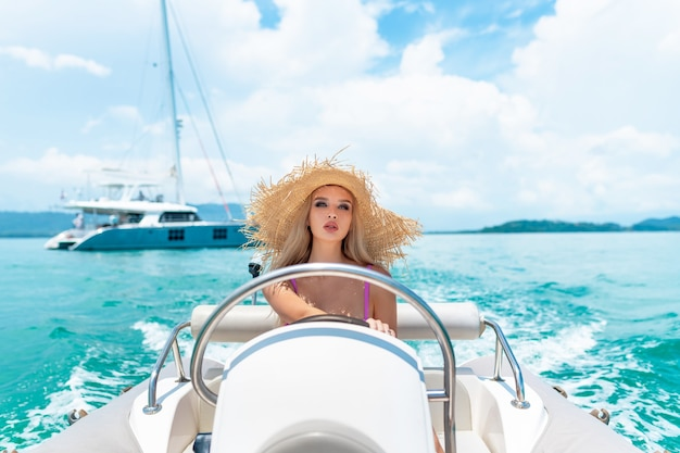 Piękna młoda kobieta na luksusowym jachcie