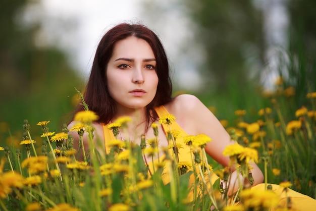 Piękna młoda kobieta na zewnątrz. ciesz się przyrodą. zdrowa dziewczyna w zielonej trawie.