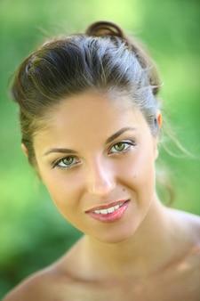 Piękna młoda kobieta na zielonym tle