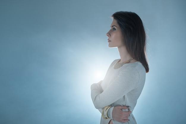 Piękna Młoda Kobieta Nad światłem Słonecznym Premium Zdjęcia