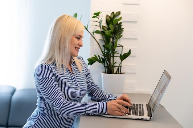 Piękna młoda kobieta o połączenia wideokonferencji za pośrednictwem komputera. zadzwoń na spotkanie. domowe biuro. pozostań w domu i pracuj z domu podczas pandemii koronawirusa