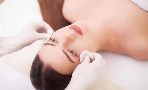 Piękna młoda kobieta o spa masaż głowy w salonie kosmetycznym