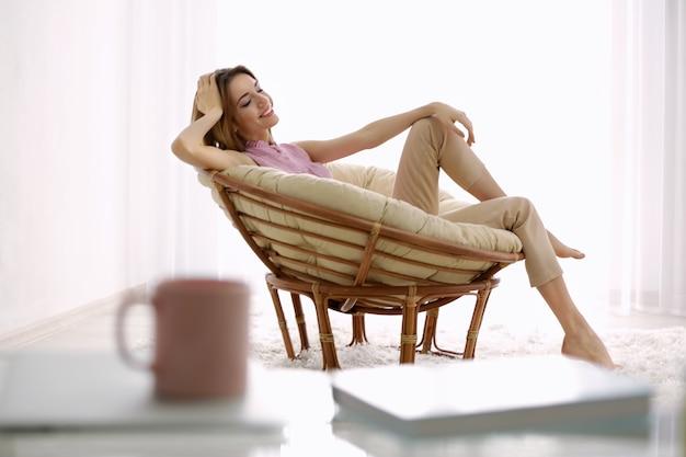 Piękna młoda kobieta odpoczywa w domu