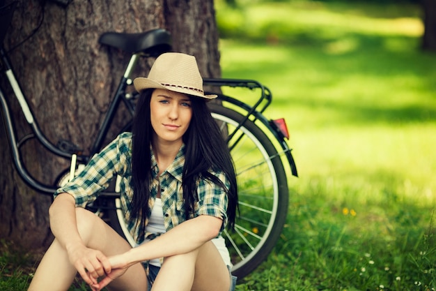 Piękna młoda kobieta odpoczywa w parku