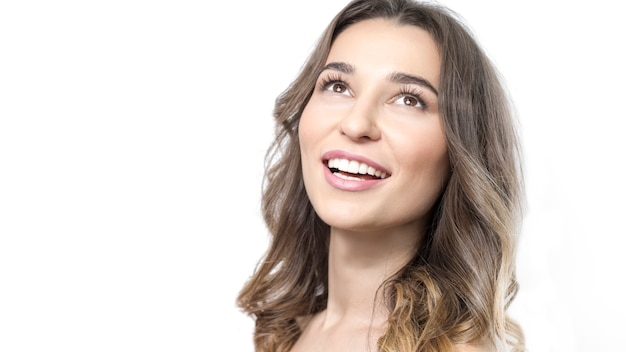 Piękna młoda kobieta ono uśmiecha się, biali zdrowi zęby, czysta skóra.