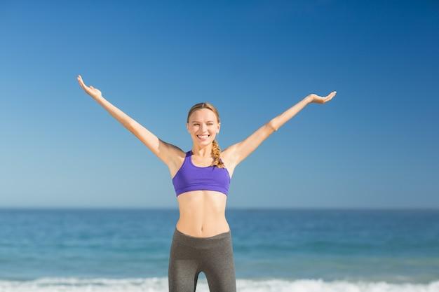Piękna młoda kobieta ono uśmiecha się podczas gdy ćwiczący