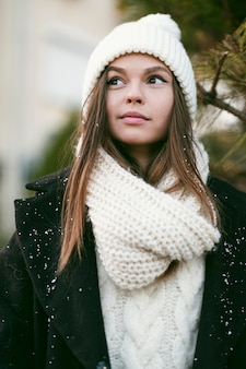 Piękna młoda kobieta patrząc od hotelu