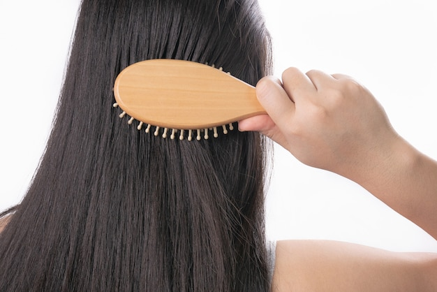 Piękna młoda kobieta po procedurze przedłużania włosów