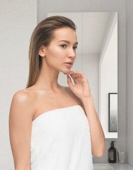 Piękna młoda kobieta po prysznic