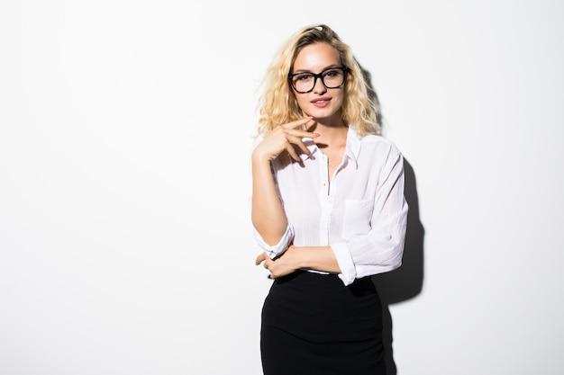 Piękna młoda kobieta portret na białym tle na białej ścianie