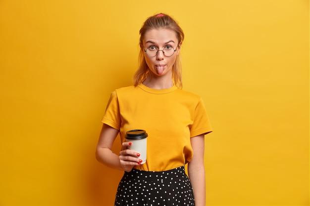 Piękna młoda kobieta portret w okularach na białym tle