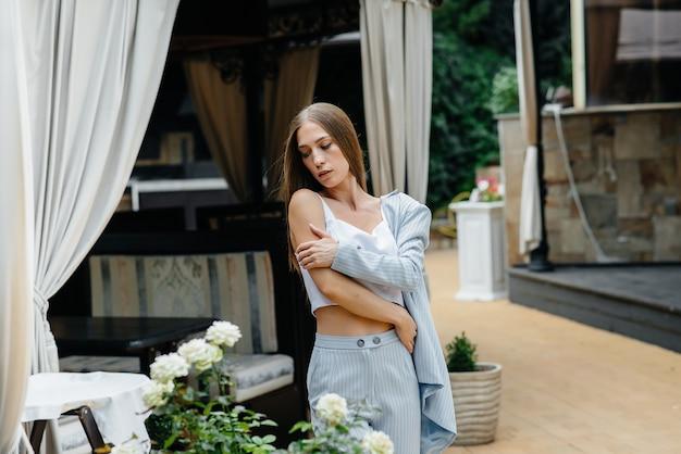 Piękna młoda kobieta pozuje podczas gdy relaksujący, biznesowa kobieta. relaks.