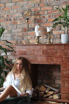 Piękna młoda kobieta pozuje w domu