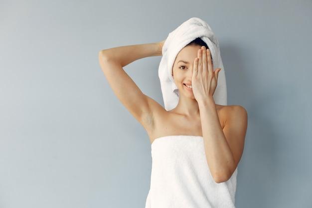 Piękna młoda kobieta pozuje z ręcznikami