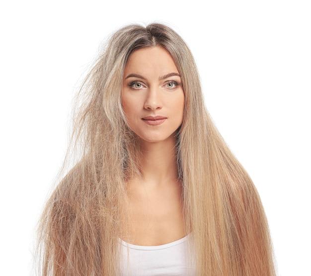 Piękna młoda kobieta przed i po zabiegu na włosy na białej powierzchni