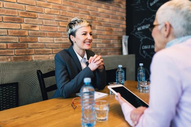 Piękna młoda kobieta przeprowadza rozmowę kwalifikacyjną.