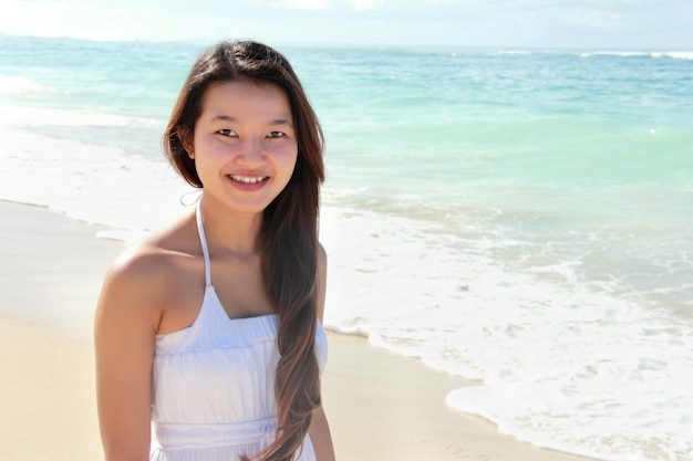 Piękna młoda kobieta przy plażą