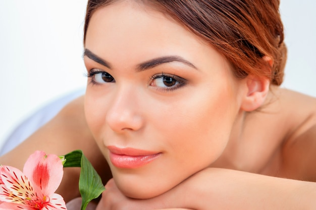 Piękna młoda kobieta przy zdroju salonem