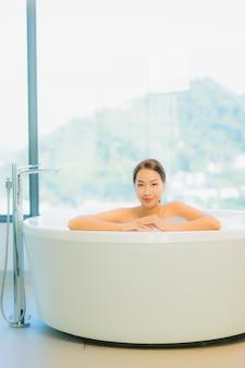 Piękna młoda kobieta relaks w wannie