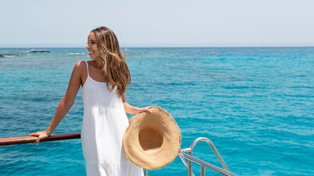 Piękna młoda kobieta relaksuje się na wakacjach