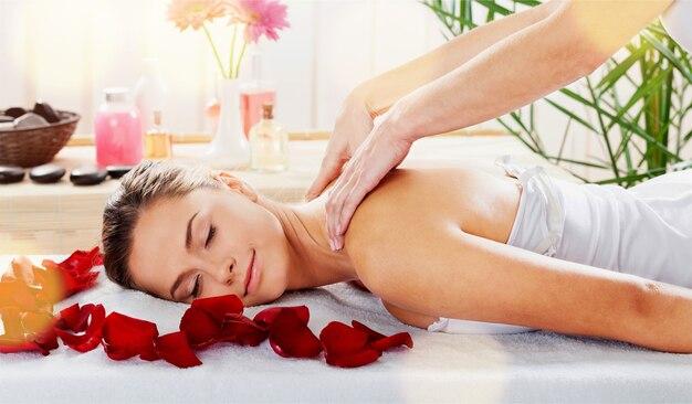 Piękna młoda kobieta relaksuje się z masażem