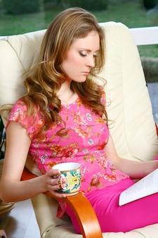 Piękna młoda kobieta relaksuje w domu