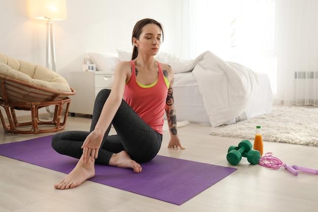 Piękna młoda kobieta robi ćwiczenia rano