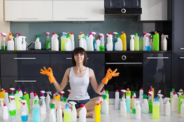 Piękna młoda kobieta robi czyścić dom.