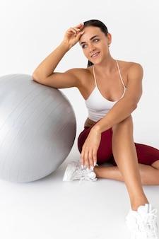 Piękna młoda kobieta robi sobie przerwę od ćwiczeń