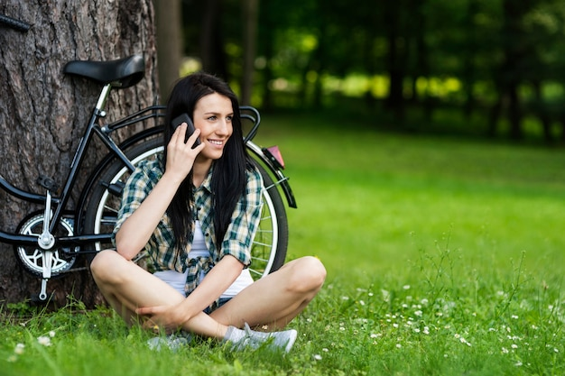 Piękna młoda kobieta rozmawia przez telefon