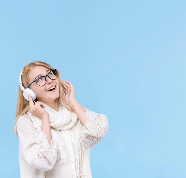 Piękna młoda kobieta słucha muzyka