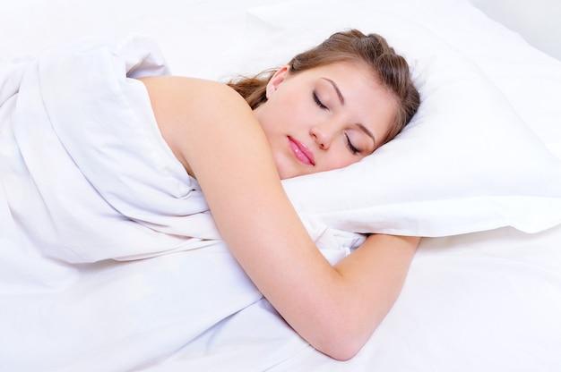 Piękna młoda kobieta spać