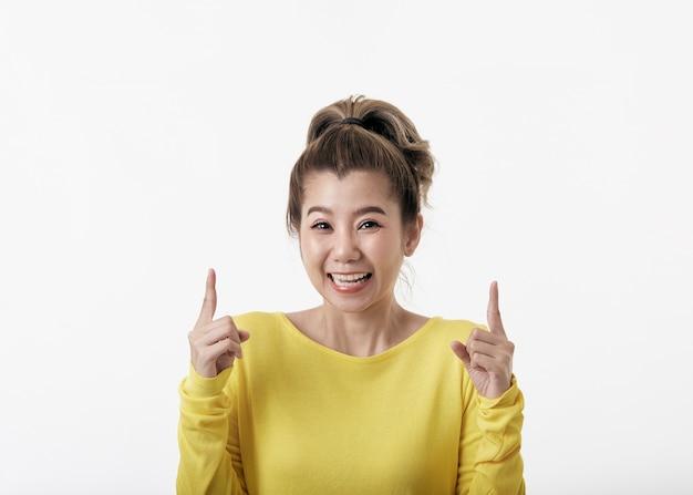 Piękna młoda kobieta szczęśliwa skierowana w górę