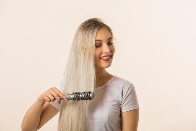 Piękna młoda kobieta szczotkowanie włosów