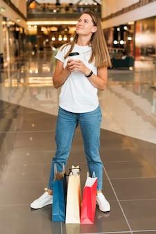 Piękna młoda kobieta trzyma filiżankę kawy