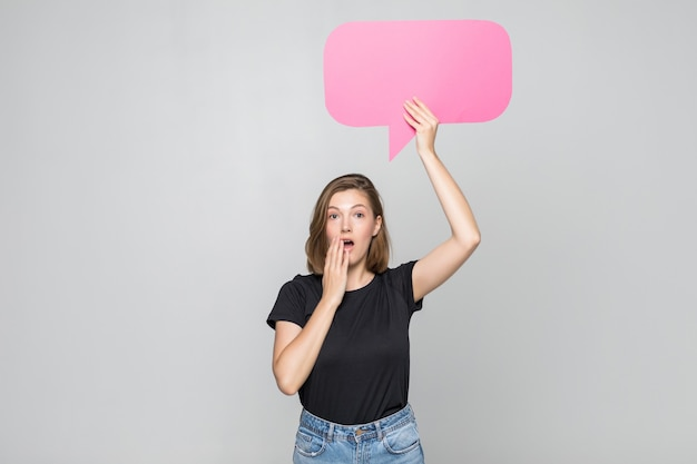 Piękna młoda kobieta trzymając bąbelek pustej mowy
